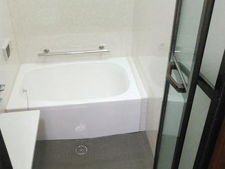 バスルームリフォーム 目地のない浴室でお手入れ楽々!お孫さんも喜ぶ明るいバスルーム