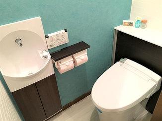 トイレリフォーム キャビネットですっきりとさせ、以前より広く感じるトイレに