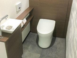 トイレリフォーム すっきりした空間に収納もしっかり備えたシックなトイレ